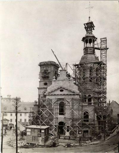 Vue des travaux de reconstruction de la basilique-cathédrale en 1924. (Quartier Vieux-Québec - Côte de la Fabrique - Basilique-cathédrale N-D-de-Q - 1924, Fonds L'Action catholique, P428,S3,SS1,D14,P14-6, BAnQ)