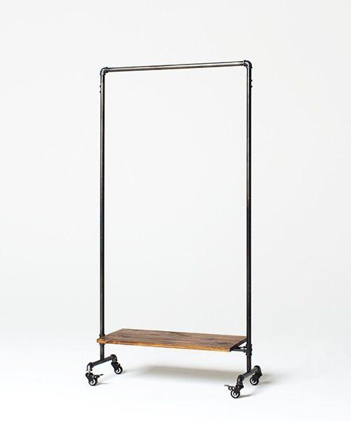 【CRAFTSMAN SERIES (クラフトマンシリーズ)】 水道管とパインの無垢板を組み合わせたインダストリアルな家具のシリーズです。 【特徴】 長さがあるのでロングコートもかける事ができます。 下の棚にはシューズやカバンなどちょっとした小物を置く事も出来ます。 裏表のないデザインなので仕切りとしてもご利用頂けます。 パインの無垢材を使用しており、素材感や経年変化をお楽しみ頂けます。 シックハウス症候群など、人体に影響を与えるとされるVOCの放散量を極限までに低減された 世界最高レベルの資材(F☆☆☆☆)を使用。 【お届けについて】 お届けリードタイム:14日~24日 軒先渡し、佐川急便での配送 時間帯指定不可 お客様自身で組立をお願い致します。 【取扱注意点】 家具は、直射日光の当るところ、また冷暖房器のそばなど温度差の激しいところ、 湿気の多いところには設置しないでください。 色があせたり、塗装面がはがれたり割れたりしてしまう原因になります。 普段はマメに乾拭きをして、なにかこぼしたり汚してしまったらすぐにふき取るよう心がけてください。 一部に荷重がかかりすぎ...