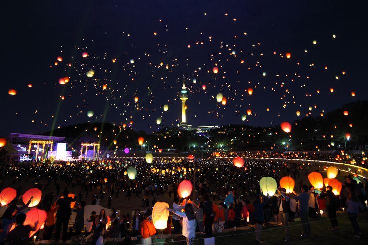 대구의 밤하늘을 환하게 비추는 아름다운 불빛, 대구 두류공원 연등축제 (제42회 관광사진공모전 대상 윤대성님 작품)