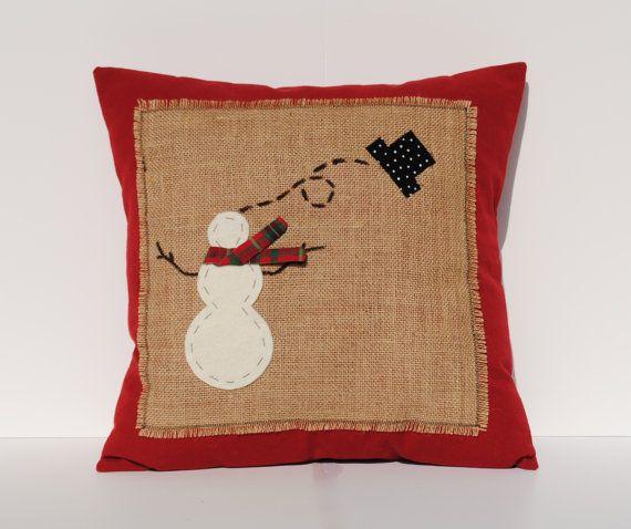 Este es un hermoso 18 x 18 funda de almohada de Navidad, hecho con tela de algodón rojo oscuro de decoración del hogar con arpillera en la parte frontal decorada con un muñeco de nieve perdiendo su sombrero... colores son: marrón, negro, rojo, blanco Esta almohada es perfecta para tu decoración de Navidad!  Esta funda de almohada muestra a la misma tela de algodón color rojo en la parte delantera y trasera y cuenta con un botón invisible cierre para fácil acceso. Todos los bordes crudos son…