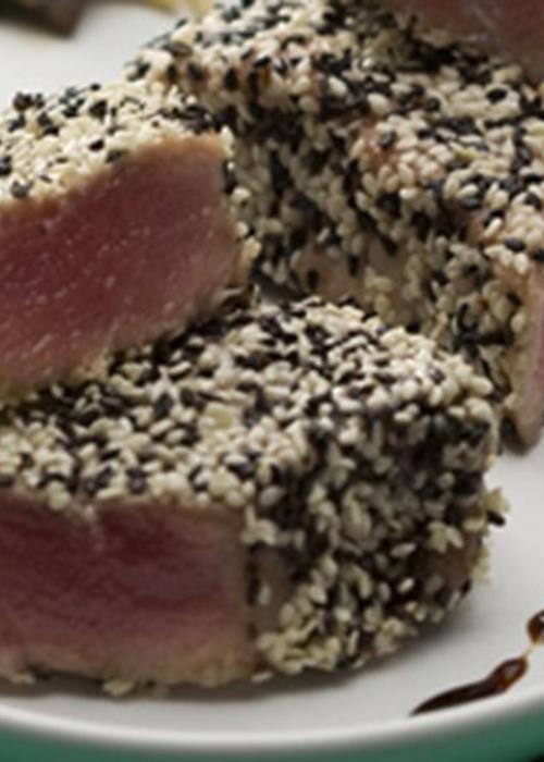 Atum fresco em crosta de sésamo