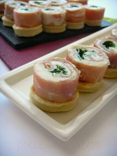 Una ricettina da urlo che farà più belle le vostre feste. Queste mini piadine sono buonissime e comodissime da preparare in anticipo p...