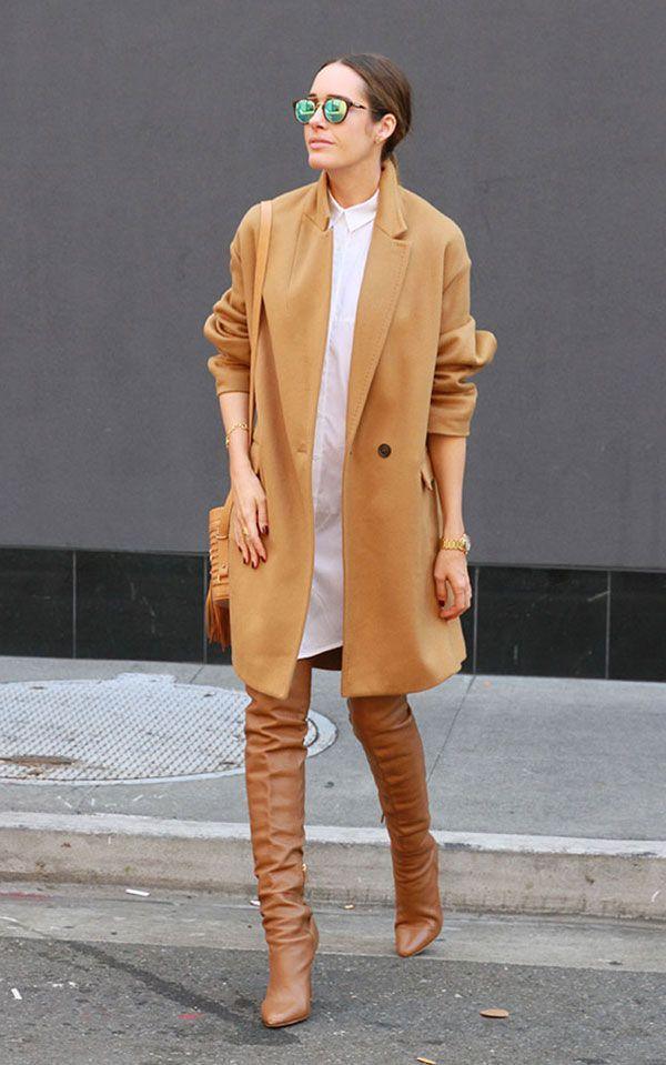 Street style look com camisa branca, maxi casaco bege e obta over the knee.