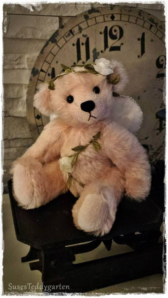 Felina ist ein süßes Bärenengelchen aus zarten weichen Mohair umspielt von einer Rosenranke.