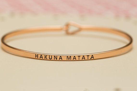 Ce bracelet couleur or est mignon comme peut l'être! Délicate et mince, ce bracelet porte un doux message gravé sur le devant d'it-«Hakuna Matata». Grand cadeau pour un ami, demoiselle d'honneur, demoiselle d'honneur ou petite amie ou une douce surprise pour la Saint Valentin.  La liste comprend :  Bracelet jonc, carte personnalisée et boîte-cadeau