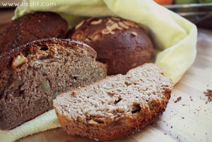 Grovt rågbröd med äppel, nötter och frön
