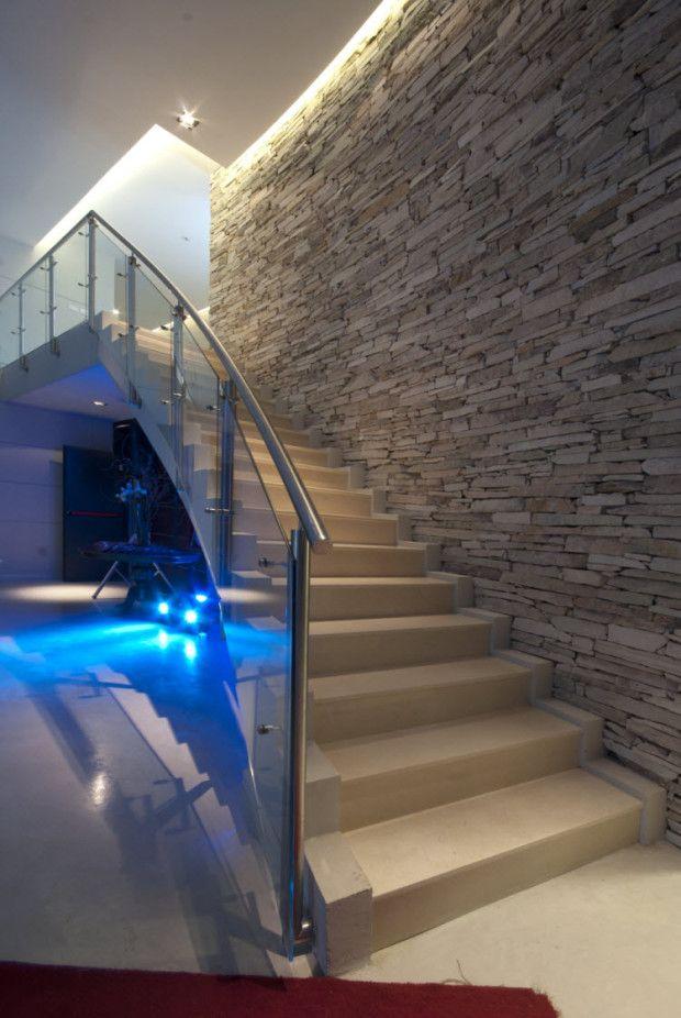 Un sal n para eventos en buenos aires se ilumina con - Salones con escaleras ...