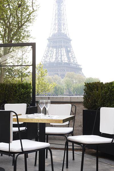 <パリのエッフェル塔の見所> エッフェル塔を眺めながらの食事