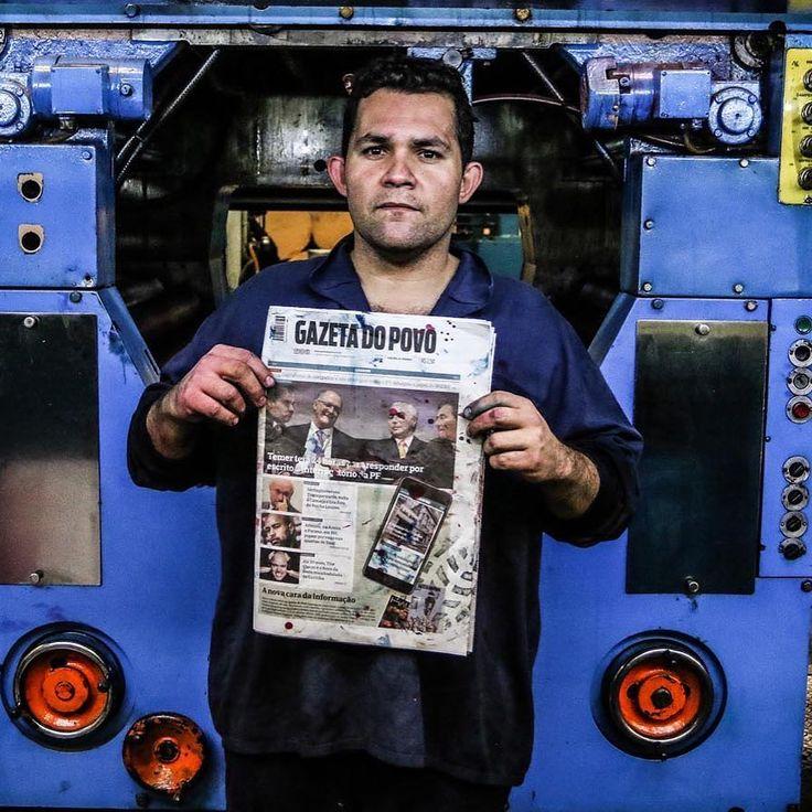O fotógrafo curitibano Daniel Castellano resolveu registrar no ensaio Os Últimos Impressores de Jornal os trabalhadores responsáveis pelo último dia de impressão o jornal paranaense Gazeta do Povo. Veja a reportagem no link: http://ift.tt/2qVeCSQ #jornalismo #historia #gazetadopovo #parana #agentenaoquersocomida #avidaquer @avidaquer por @samegui avidaquer.com.br http://ift.tt/2sE9FPC