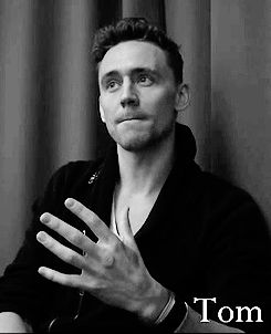 Ladies, this post is pretty valuable as for the first time we are witnessing Tom Hiddleston speechless....look at the way he licks his lips omg