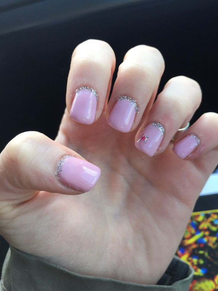 During my Easter vacations I decided to give my nails a new look and here we are! Pretty girly I guess but I was searching for something suitable with spring!