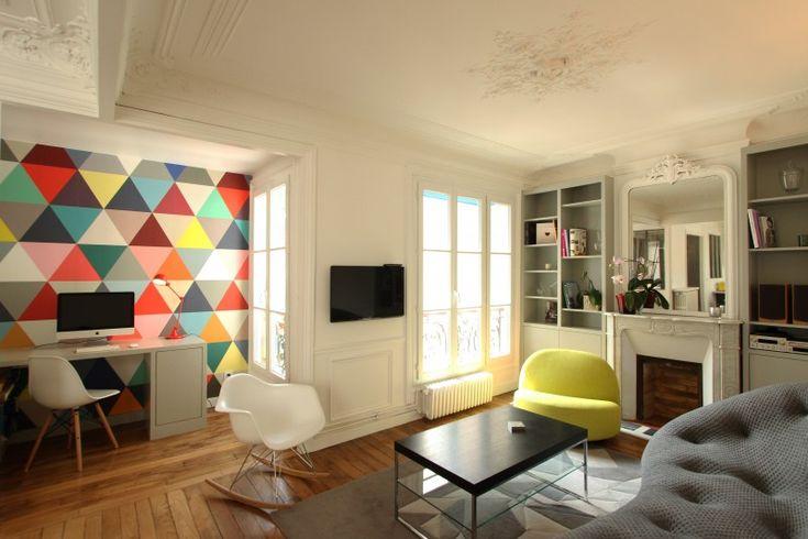 Trendy appartement met opvallende accentmuur achter het bureau. Meer info en foto's op: http://www.interieurdesigner.be/blog/detail/kleurrijk-appartement-parijs