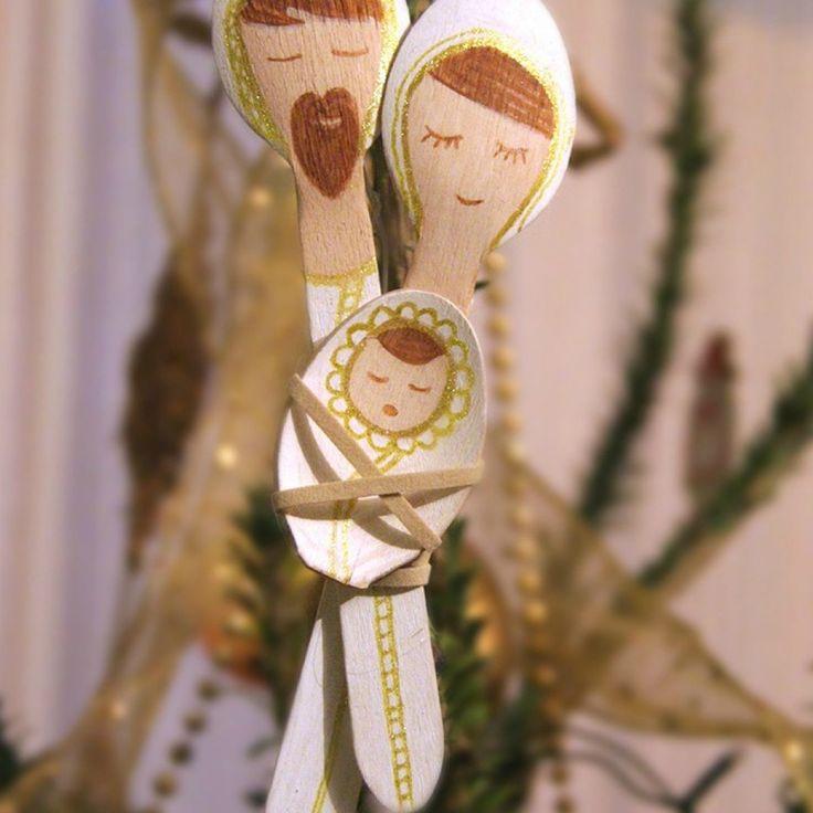 Scopri come realizzare un presepe in miniatura riciclando vecchi cucchiai di plastica o di legno, un'idea da appendere anche all'albero di Natale