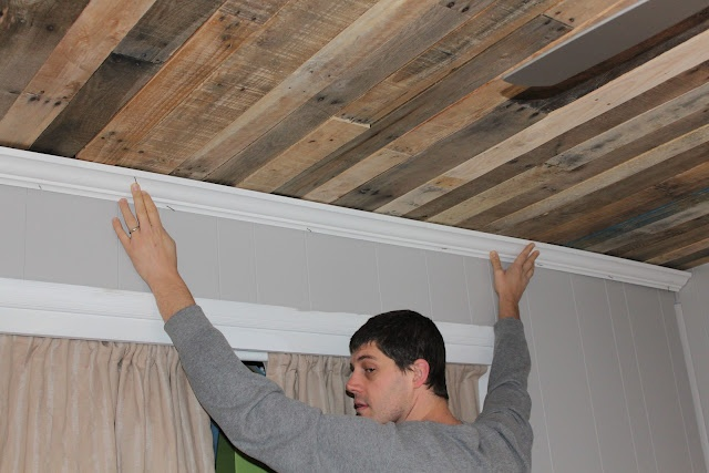 Rustic Pallet Wood Ceiling Tutorial - I am so doing this on our front porch ceiling!  Love it!!!