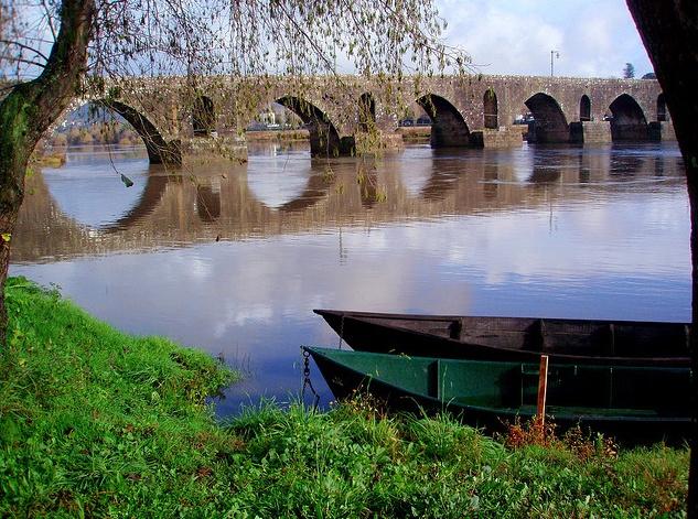 Ponte sobre o rio lima- Ponte de Lima- Minho — com Gaspar Sá e Rosa Dantas.
