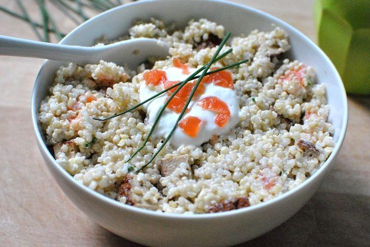 Avec le retour du soleil, les salades gourmandes sont de retour ! Découvrez ma recette de salade de quinoa au saumon et au tofu.
