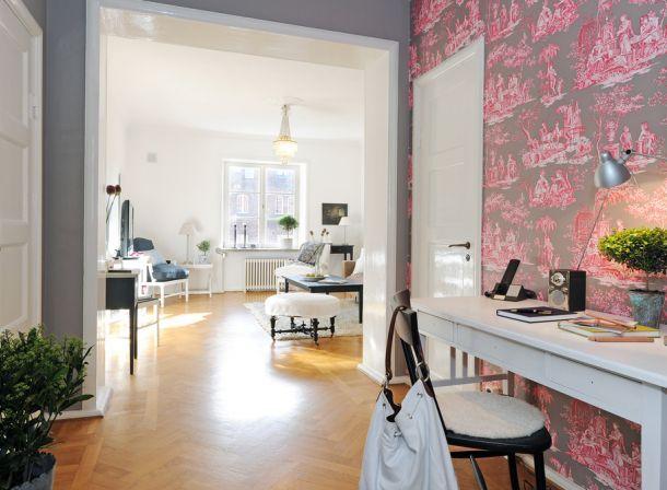 wzorzysta tapeta do przedpokoju,otwarta przestrzeń,biala konsolka,rózowa tapeta,szare ściany,wąski przedpokój,biały przedpokój,korytarz,jak urzadzić wąski korytarz,biale ściany,skandynawski styl,nowoczesne mieszkanie,dekoracja holu,dekoracje do przedpokoju,typografie,czarny chodnik,dywan w przedpokoju,biała podłoga