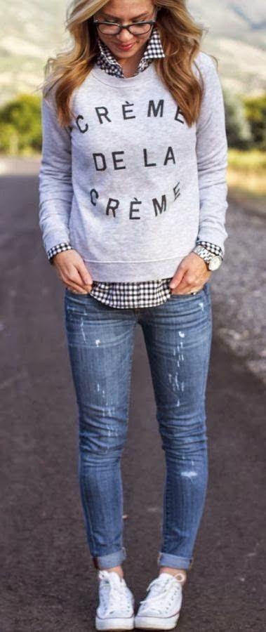 Style sportstwear : Jeans destroy, sweatshirt crème de la crème, baskets