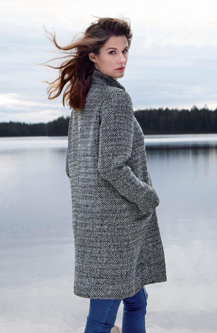 Prosty, klasyczny płaszcz z kołnierzem typu stójka marki Happy Holly, 329 zł.