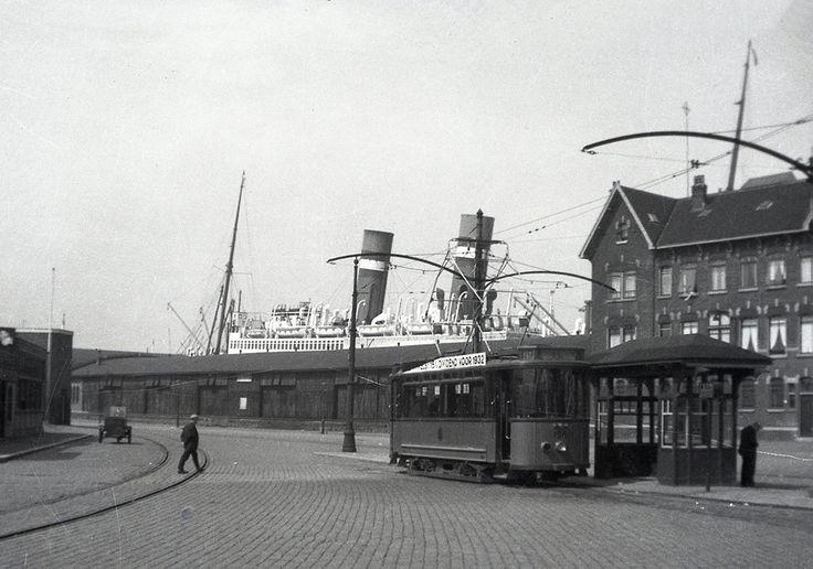 Rotterdam - Wilhelminakade. 1932. Aan de kade ligt ook de/het SS. Rotterdam IV (4 ). (1908 - 1940 ) Onmiskenbaar te herkennen aan de schoorstenen en de specifieke schuine stand daarvan. Het schip had toen in 1940 een afstand afgelegd die overeen kwam met ruim 70 keer de wereld rond. Het zou tot 1959 duren voor de Holland-Amerika Lijn opnieuw een passagiersschip met dezelfde naam in dienst nam: de Rotterdam (V ).