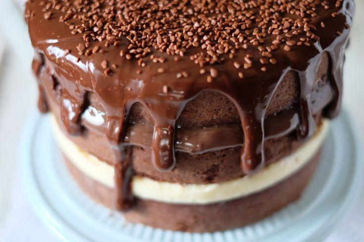 Esse é um naked cake tentador para quem não resiste a um bolo com camadas bem gordinhas de recheio. Por Franciele C. Oliveira (@flamboesa)