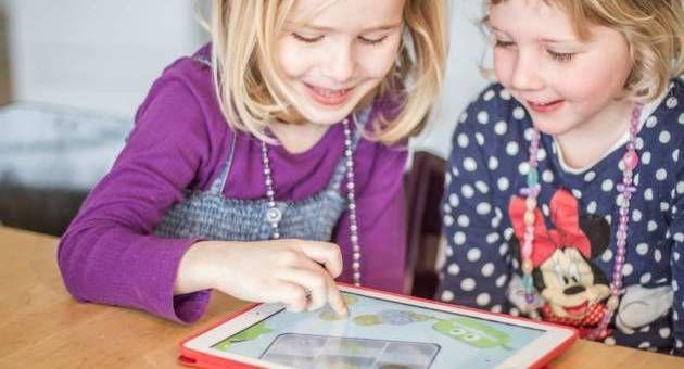 PENGE. De treårige kan nu lære at genkende, tælle og betale med penge i Spar Nords nye app Småpenge. - Foto: Pr-foto Spar Nord