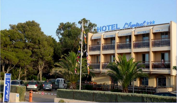 Hôtel L'AMIRAL *** L'Ile-Rousse Inspirée d'un bateau, la décoration y est raffinée avec du mobilier en bois, des instrument de navigation, l'hôtel L'Amiral vous invite au voyage. Ses chambres doubles sont spacieuses et offrent une vue sur mer et sur la plage inégalée à L'Ile-Rousse.  Un coin bar, une terrasse conviviale pour votre petit-déjeuner, un personnel accueillant et chaleureux, tous les ingrédients sont réunis pour faire de vos prochaines vacances en Corse, un moment inoubliable.