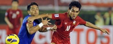 http://www.dapurredaksi.com/olahraga/678-thailand-taklukkan-10-pemain-malaysia/ - Kedua tim bermain imbang sampai ada pemain Malaysia yang dikartu merah dan Thailand unggul.