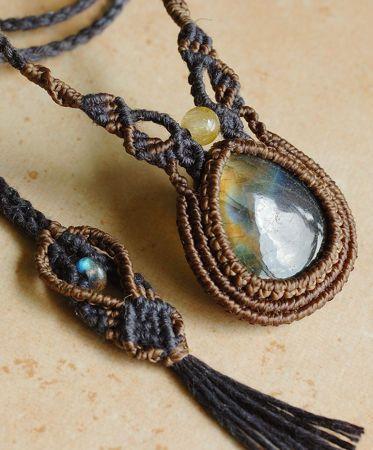 ラブラドライト&ゴールドルチルクォーツ 天然石マクラメ編みネックレス角度によって美しい虹色の反射が表れるラブラドライトに、クリアな水晶の中に金針がたっぷり入ったゴールドルチルクオーツを合わせたマクラメ編みネックレスです。メインのラブラドライトはオレンジ~