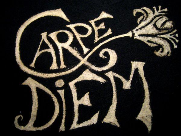 une idée pour décorer des t-shirts (foncés) : peindre dessu à l'eau de javel (attention a ne pas utiliser des pinceaux en poils naturels parce que ca les consume donc on peut utiliser des pinceaux synthétiques, de la ficelle, des plumes à encre,...) ici...