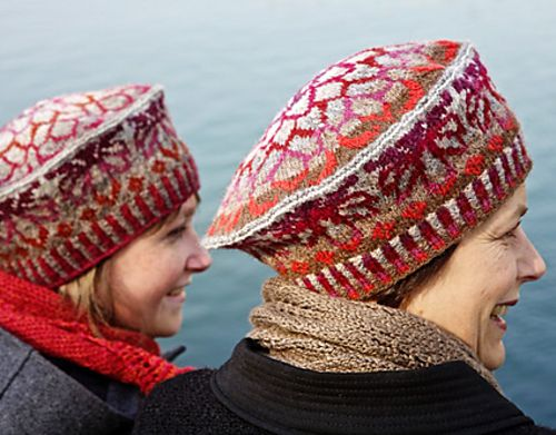 The english pattern is available for free in Knitty, Deep Fall 2011.