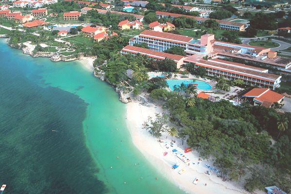 Club Amigo Guardalavaca, Holguín, Cuba  Juste à quelques minutes de la plage douce de Guardalavaca, se trouve le Club Amigo Atlantico Guardalavaca qui est un centre de villégiature de style village