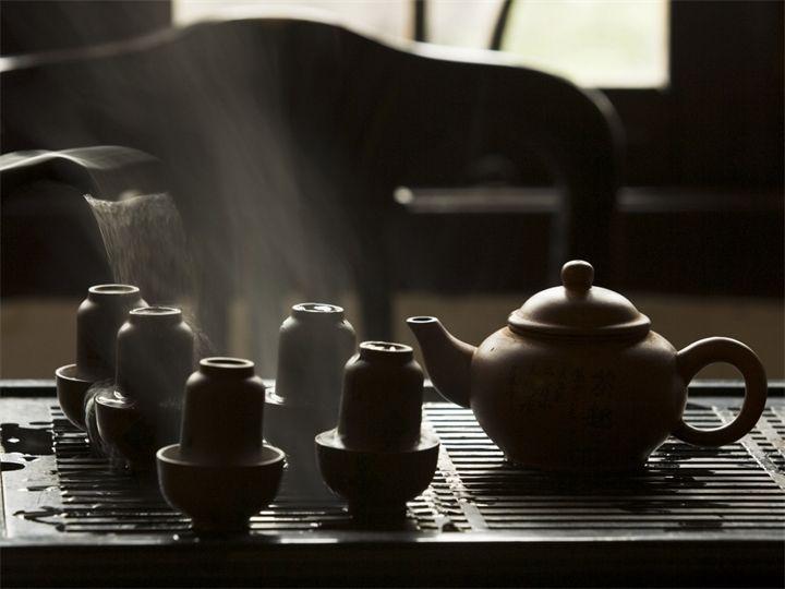 Китайская чайная культура Чай в Китае относят к «семи вещам, потребным ежедневно» вместе с дровами, рисом, маслом, солью, соевым соусом и уксусом.  отличается от европейской, британско...