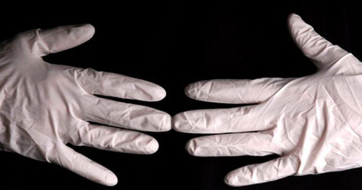 La historia de los guantes de cirugía. En 1894, William Stewart Halsteed promovió el uso masivo de los guantes de caucho en la cirugía. Halsted fue el primer cirujano jefe y profesor en el Hospital Johns Hopkins en la universidad del mismo nombre en Baltimore. A veces es llamado el padre de la cirugía estadounidense y de los guantes de cirugía.