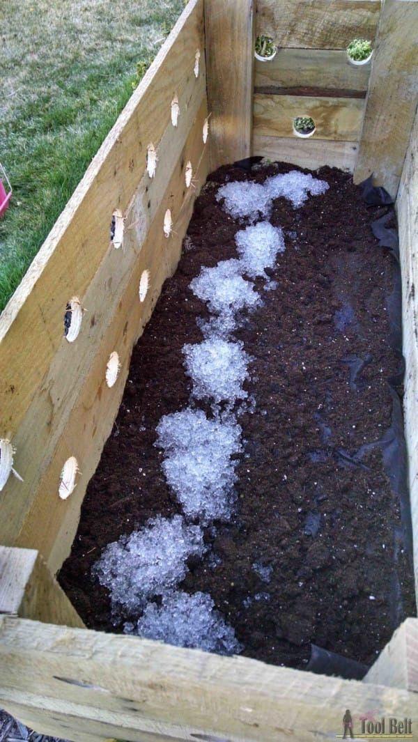 """Hou je van doe-het-zelf ideeën voor in de tuin? Ja? Nou dan zal je dit tuin idee erg leuk vinden. Amy, is eigenaresse van een website """"Her Tool Belt"""" en ze steekt graag haar handen uit de mouwen om leuke doe-het-zelf projecten uit te voeren. Amy is gek op bloemen en wilde leren hoe je …"""