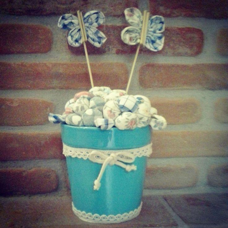 Vasetto con fiori di stoffa imbottiti e farfalline