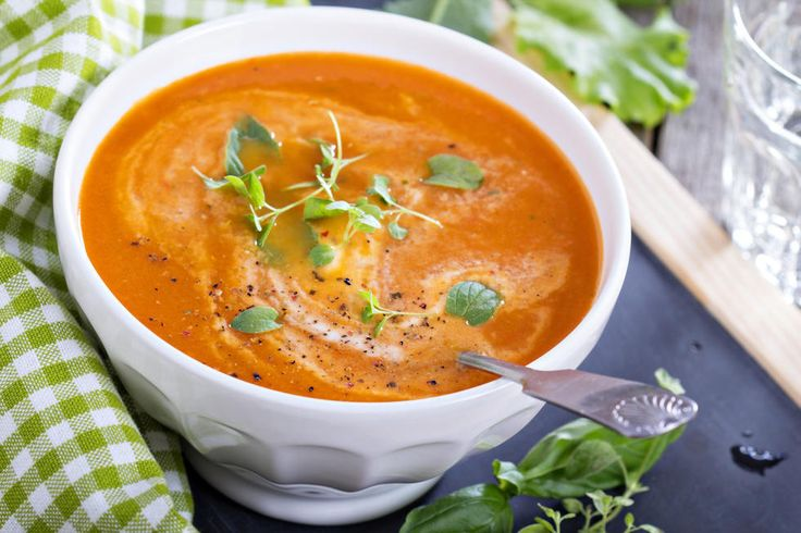 Hjemmelaget tomatsuppe er lett å lage, og smaker kjempegodt i høstkulden. Lag den med ovnsbakte tomater, så blir den ekstra søt og ekstra god.Kilde: Foto: Elena Veselova/NTB Scanpix.