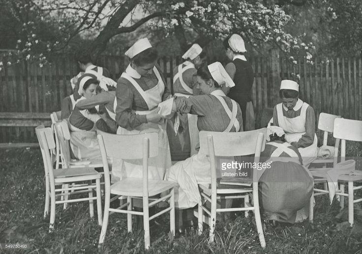 DRK - Schwestern bei einer Übung (Verband anlegen) im Garten ihres Mutterhauses St. Annen in Steyr / Österreich - Mai 1944
