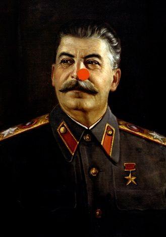 Stalin by Damien Hirst Джилл, репортер газеты Sunday Times, позвонил Херсту и попросил пририсовать Сталину на портрете красный нос. Херст так и сделал, добавив заодно свою подпись под носом. В таком состоянии «Кристи» принял портрет на продажу и снабдил эстимейтом в 8—12 тысяч фунтов. Желающих приобрести портрет оказалось много, и семнадцатью предложениями позже, когда молоток аукциониста наконец опустился, цена картины составила 140 тысяч фунтов. В конце концов, на нем имеется подпись…