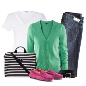 С чем носить розовые мокасины: джинсы, белый топ и кофточка цвета морской волны