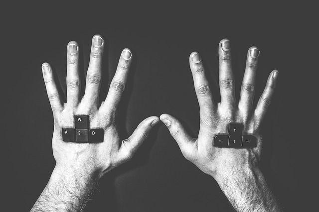 """Każdy z graczy ma zakodowane miejsca na klawiaturze i lewa ręka odpowiada za najważniejsze klawisze asdw, natomiast prawa do """"strzałek"""""""
