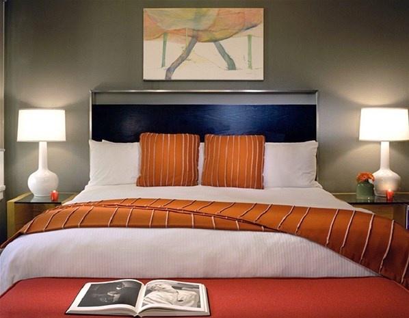 """(30) – Hotel Max, SeattleA los fans de la saga """"Cincuenta sombras de Grey"""" les encantará el Hotel Max, en Seattle, que ofrece una escapada de dos noches para los aficionados a estos libros. Los que se inscriban en el paquete recibirán un servicio de limusina con chófer, un recorrido en helicóptero por la ciudad, y una excusión en velero en Puget Sound, acompañado de una botella de champán Bollinger Grande AnnéeRosé de 1999 (el favorito del Señor Grey)."""