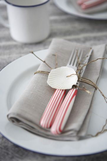 seashell napkin ring: Shells, Ideas Parties, Parties Tables Sets, Napkins Rings, Table Setting, Coastal Style, Receptions Ideas, Places Sets, Tables Decor