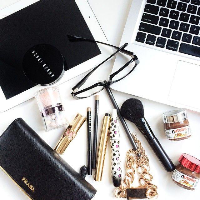Výsledek obrázku pro tumblr flat lay makeup