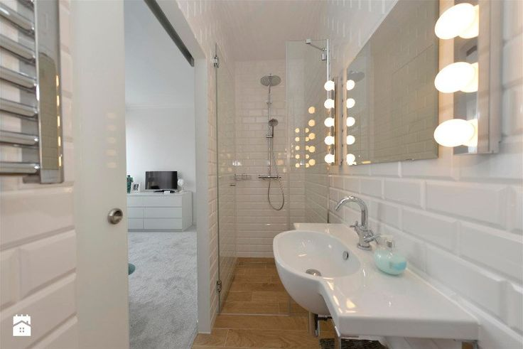 Moja super mała łazienka w sypialni;-) Mała, ale bardzo funkcjonalna! Jest toaleta, prysznic, lustro z oświetleniem niczym z garderoby gwiazd;-) i bardzo praktyczna szafka za szkla ...