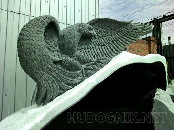Орел Монументальная, объёмной формы скульптура орла,  изготовлена из цельного натурального гранита, авторская ручная работа.  Скульптура орла как отдельный элемент,   так и с пьедесталом, глыбой из натурального мрамора.