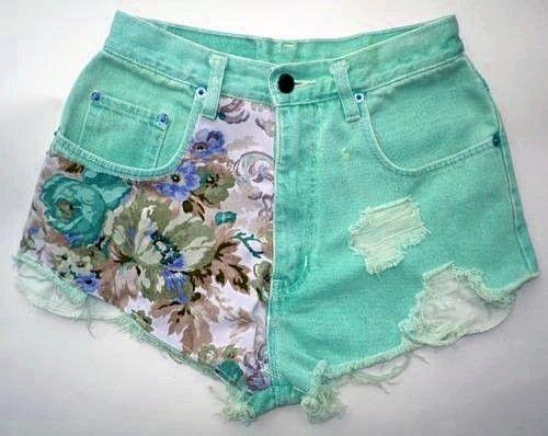 Olá meninas! andei pesquisando uns jeans customizados de várias formas bem bonitas, até já fiz uma vez em dois shorts meus que eu não usa...
