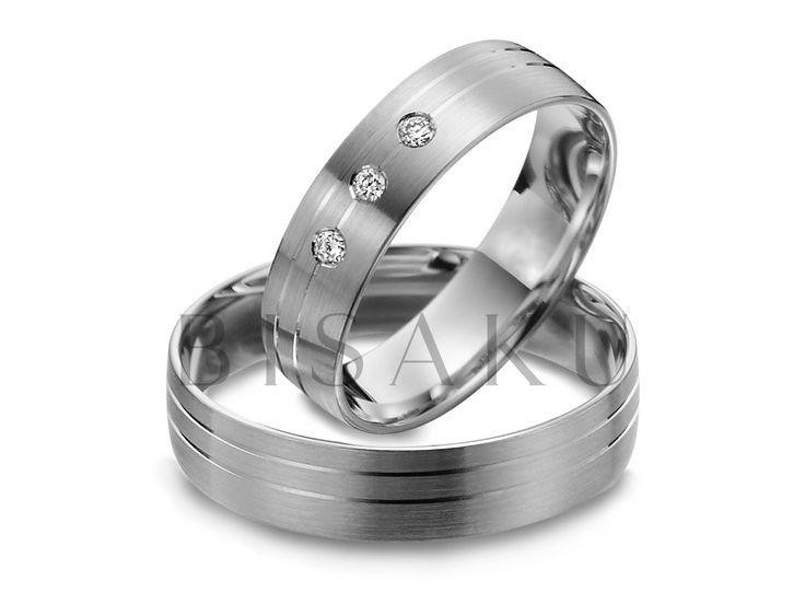 """R139 Tíhnete spíš k matným prstenům, ale nechtěli byste, aby působily příliš """"obyčejně""""? Tyto prstýnky vás přímo nadchnou zajímavým designem. Pánové jistě ocení, že je jejich prsten také lehce ozdoben a není pouze hladký. Na dámském prstenu navíc září tři kameny. #bisaku #wedding #rings #engagement #svatba #snubni #prsteny #palladium"""