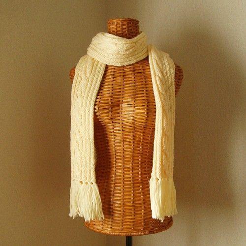 並太のウール100%糸で編んだ、手編みのベーシックなケーブル模様のマフラー。色は優しいクリームイエローです。素材:毛100%色:クリームイエロー長さ:約190...|ハンドメイド、手作り、手仕事品の通販・販売・購入ならCreema。