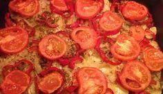 Potatis, tomat, paprika och lök i en stor panna i ugnen. Smaksatt med salt, timjan och vitlök om man vill. Så enkelt och så gott! Passar till stekt, grillat och rökt kött eller fisk. Men är också utmärkt som vegetarisk ensamrätt.